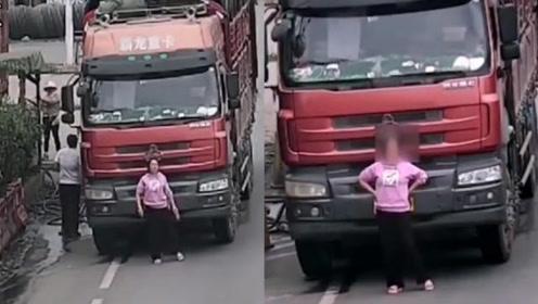 高速上一女子在车前尬舞妄图挡住车牌,让交警哭笑不得!结局大快人心