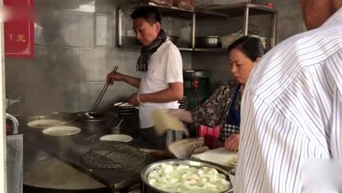 1米大锅炖丸子汤,卖早餐,还得来勺辣椒和大蒜?