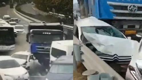 青岛一大货车失控连撞数车,致7车受损1人轻伤,监控画面触目惊心