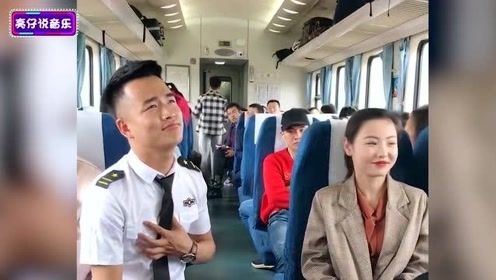 列车员小哥在火车上唱歌,歌声太好听了,网友:唱完媳妇都有了