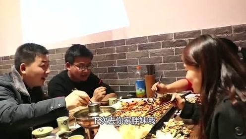 胖妹和闺蜜聚餐,铁锹铲美食真霸气,4人边吃边聊,胖妹高兴坏了