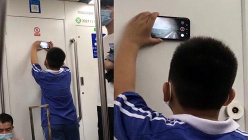 男孩乘地铁用手机紧贴隔板,画面拉近惊呆:车外风景竟被实时拍下
