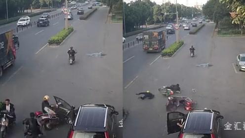 """一次开门两次""""杀""""!小车路边突然开门,摩托车被撞致2人受伤"""