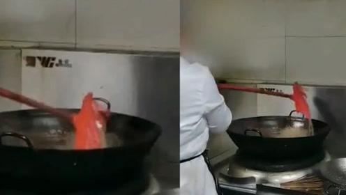 扫把刷锅、墙是行业常态?网曝一连锁粥铺员工在炒菜锅里洗扫把,负责人回应