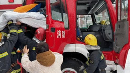 """暴雪天消防车变身""""救护车"""" 护送病人到医院"""