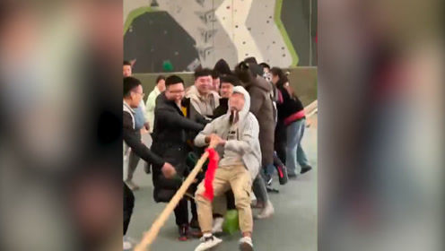 西安體院舉行拔河比賽 繩子被50名學生拔斷