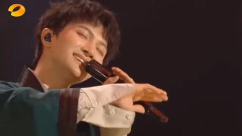 周深在今晚湖南卫视超拼夜上唱了《画绢》+《达拉崩吧 》两首歌