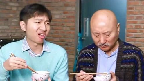 陈佩斯老师和儿子一起吃饭,不得不说,这爷俩气质太像了遗传基因太强大了!