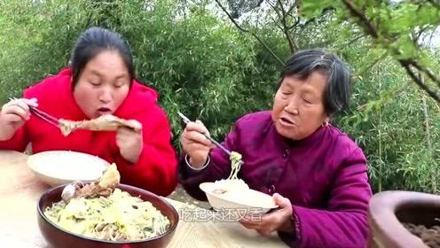 2斤五花肉,焖上一锅白菜炖粉条,胖妹挑起来大口吸着吃,真过瘾