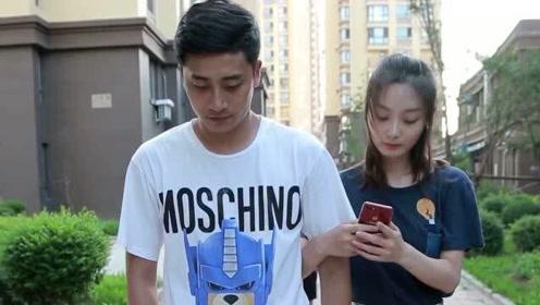 美女走路光顾着玩手机,结果把男朋友拉错了人都不知道,太搞笑了!
