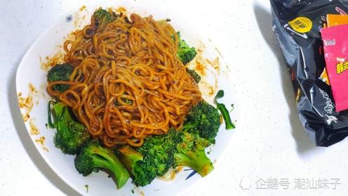 今日美食:康师傅韩式火鸡拌面,西兰花简单点缀,面Q劲道,好吃又好看
