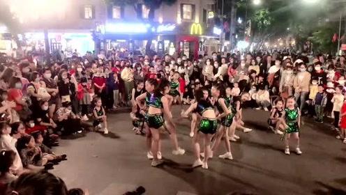 越南首都河内,街头文化十足,娱乐节目表演,