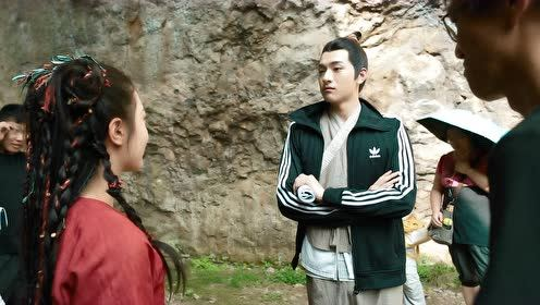 BTS: Zhao Jinmai and Lin Yi greets each other with a hit on the chest   The Blessed Girl