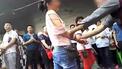 女孩当街踢打辱骂父母 你是狗该死活该这么过!