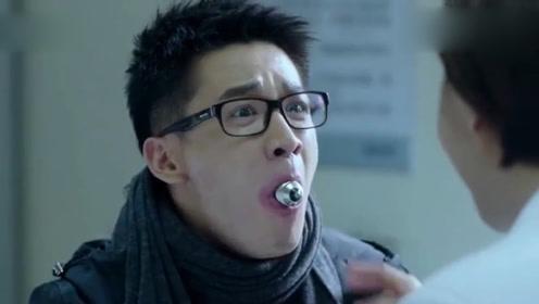 男子把灯泡放进嘴里,不料美女医生是同学,一