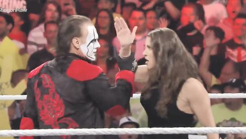 WWE大公主仗着有HHH撑腰!怒扇魔蝎大帝,HHH看见斯汀直接怂了