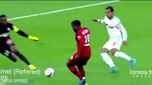 足球场上搞笑瞬间,把自己给晃倒的、踢点球滑倒的,还有耍帅失败的