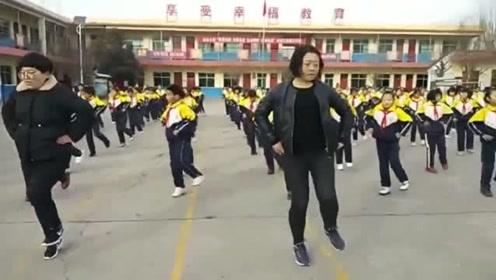 好嗨呦!校长带全校小学生跳鬼步舞 央视记者都来采访了!