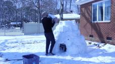 """主人为了""""省钱"""",用积雪给自家的哈士奇造了一个冰屋"""