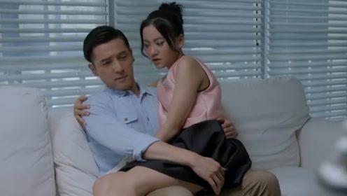 美女粘着男友要亲亲,不料男友竟想推开她:外