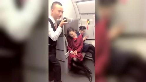 空姐睡着了,被旁人恶搞,真是太调皮了,睡着