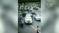 女司机坡道停车打开后备箱,路人突然发现不对,下一秒意外发生了