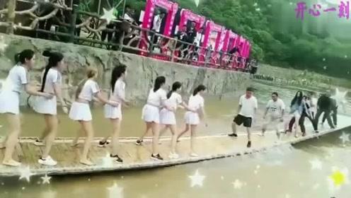 网红桥变成摇摇乐,这么多美女要是掉下去估计跟下饺子一样1