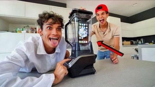 哥哥买来搅拌机恶搞弟弟,将他的手机直接丢进