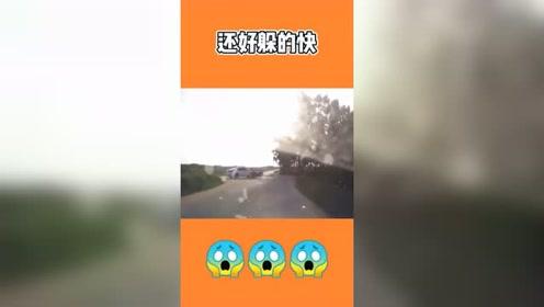 视频车正在驾驶,结果前面突然发生了一起事故,以后大家开车时要注意速度啊