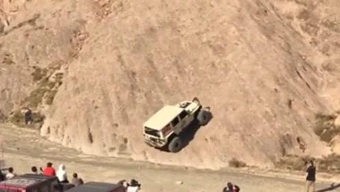 越野车司机把车径直开上大山,在车友面前出尽风头!