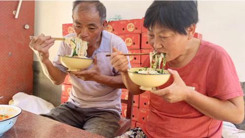 河南人夏天最爱吃的美食?媳妇煮一大锅,清凉爽口,喝着太过瘾了