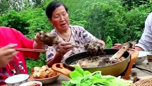 胖妹买了5斤牛排做火锅,荤菜素材全往锅里到,看着像猪食