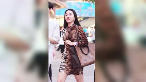豹纹时尚优雅,虎纹小裙子由美女演绎出来也挺好看