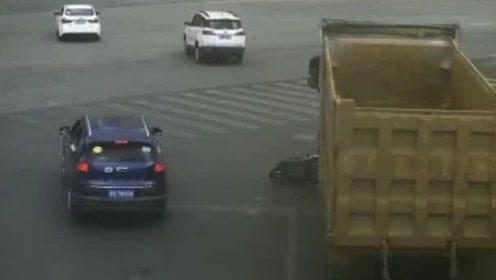 """视频记录惊险一幕,摩托车驶入货车盲区被""""碾压"""""""