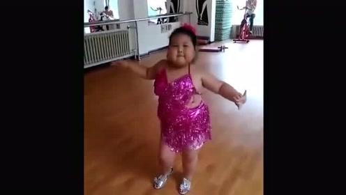 灵活的小胖子,感受下小姑娘的神级拉丁舞