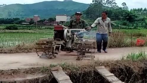 谁都不服就服农村老司机,没有克服不了的困难,厉害!