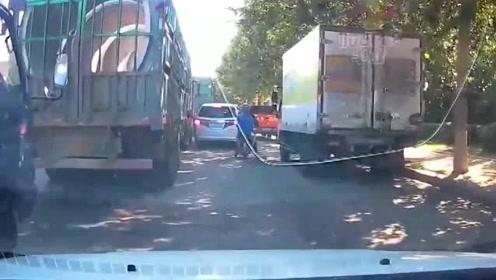 视频车司机任性左转,女司机直行毫不畏惧,一脚油门直接撞过去