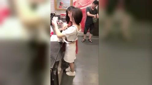 第一次来越南旅游,店里偶遇白衣美女,光看背影就让人一见钟情