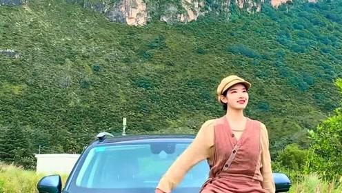 小姐姐自驾出来旅游,她好像还带了个摄影师,不然谁来给她拍照呢?