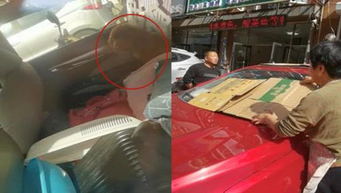 暖心!小狗被粗心主人锁在车内,好心夫妻用纸盒为它遮挡阳光