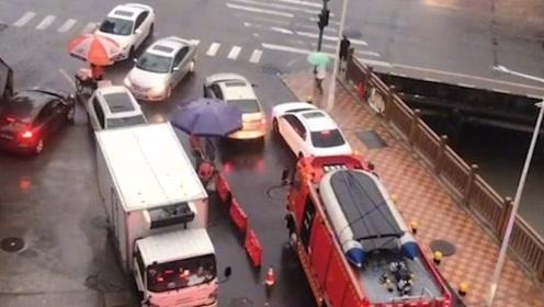气到爆炸!深圳2辆私家车并排堵路,消防车疯狂鸣笛依旧纹丝不动