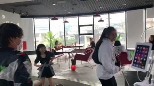 在舞蹈室把你朋友的尴尬视频投在屏幕上