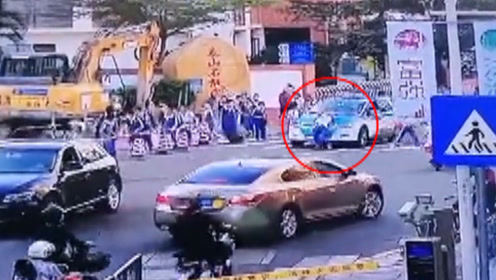 深圳一女孩放学回家,过斑马线时被出租车撞倒碾压,现场太揪心