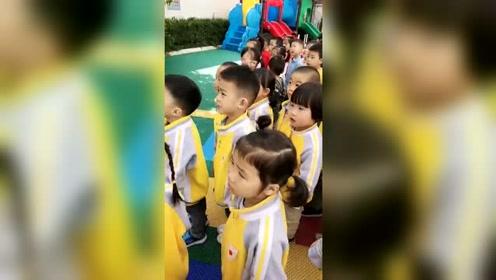 幼儿园小班小朋友升国旗自己主动敬礼,严肃,