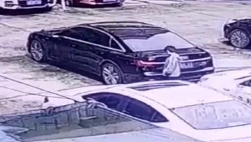 父母看了视频,确定是孩子划伤了汽车,民警却认为孩子是无辜的!