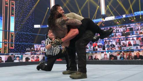 WWE罗门伦斯解锁新技能,人间怪兽首次被锁晕,赛后还被痛打一顿