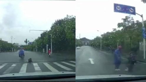 家长将从电动车掉落的小女孩踹倒在地,后车行车记录仪拍下令人愤怒的一幕