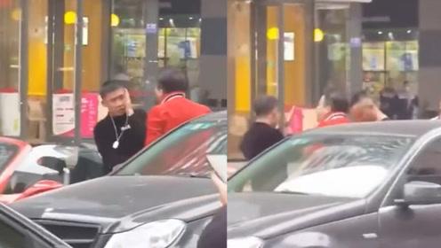 四川街头奔驰车主狂抽保时捷车主耳光,他却完全不敢还手!原因让人意外
