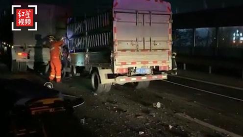 成绵高速三车连环相撞 一司机被困 消防拆车救人