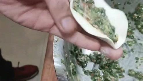 不露馅的锅贴包法,这道特色美食其实做起来也不难,只要掌握诀窍就行了
